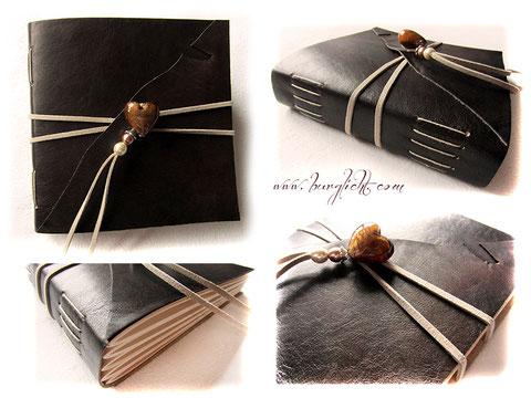 Foto-Gästebuch EchtLeder antik-schwarz-braun geflammt mit elfenbeinfarbenem Buchblock aus Fotokarton, umlaufendem hellbeigen Lederflachband und Buchschmuck Glasherz mit Perlen.