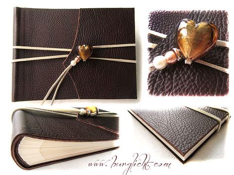 Foto-Gästebuch EchtLeder dunkelbraun, grobe Narbung; mit elfenbeinfarbenem Buchblock aus Fotokarton, umlaufendem hellbeigen Lederflachband und Buchschmuck Glasherz mit Perlen.