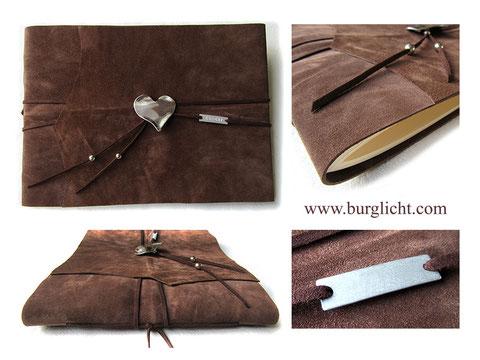 Lederbuch Einstichbindung Herzanhänger Metall-Label für Namen in Letter Punch, Spaltleder mittelbraun, A4 Querformat, Innenseiten elfenbeinfarben.