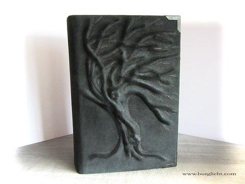 Lederbuch, Hardcover-Bucheinband mit Hochrelief Baum, Echtleder Tucson nero, raue Lederseite außen, Metallbuchecken mattschwarz