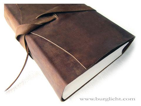 Ledernotizbuch mit Überschlag und umlaufenden Lederband als Buchverschluss, Kalbsleder braun im Used-Look, 1000 Seiten, 70g-Papier kariert, personalisierbar