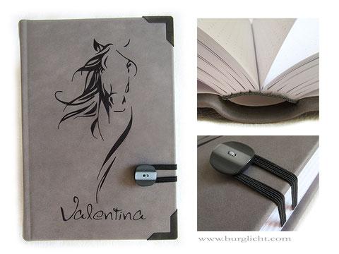 A5 Tagebuch Mädchen, Leder grau, individuelle Bucheinbandgestaltung Pferd und Name, Gummibandverschluss mit Knopf, Metallbuchecken schwarz, 640 Seiten, Lineatur gepunktet.