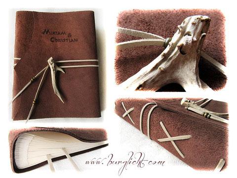 Fotoalbum Ledereinband mit umlaufenden Lederbändern, Hornspitze und Holzperlen als Buchverschluss sowie Rückenverzierung, Lesebänder, Lederbranding