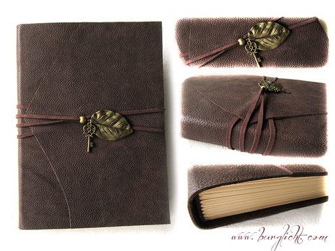 Lederbuch, Ledertagebuch, Ledergästebuch, Ledernotizbuch, mit umlaufenden Lederbändern in dunkelbraun und antikmessingfarbenen Metallanhängern, Blatt und Schlüssel, als Buchverschluss.