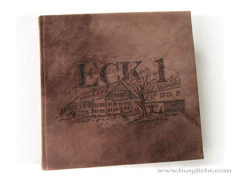 Gästebuch, Format 30cm x 30cm, 360 Seiten Fadenheftung, Hardcover Ledereinband, Leder rau nussbraun, Brandmalerei Schriftzug und Skizze nach Kundenvorlage.