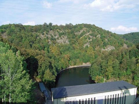 Blick von der Staumauer auf den Bleiberg