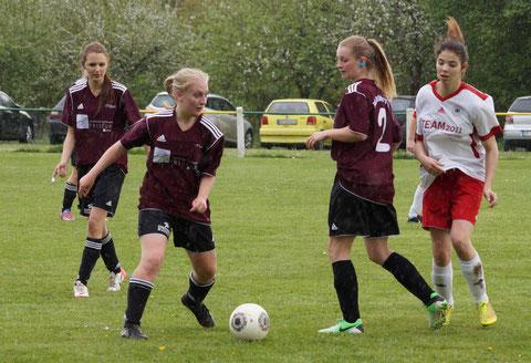 Die Frauenfußballmannschaft der FSG Ebsdorfergrund mit Johanna Jacob, Chantal Strickler und Jana Rhiel (v. l. n. r.) bereitet sich auf die neue Punktspielrunde in der B-Liga Gießen-Marburg vor.