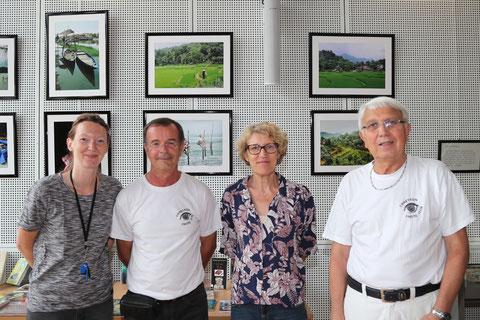 Pierre Germain et Michel Gairaud avec les responsables de la Médiathèque. Photo Jacques Bruyère.