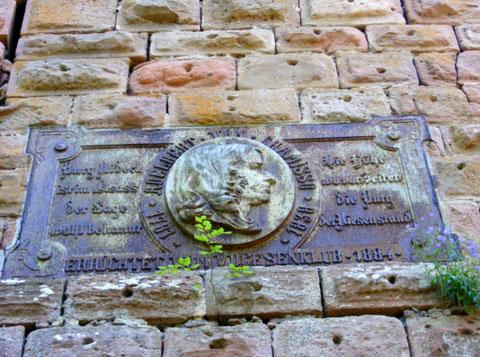 Plaque commémorative du poête Chassimo sur le château inférieur