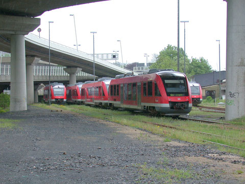 Triebwagen der Dreiländerbahn in der rudimentären Abstellanlage in Siegen, die zu einer Autostrassenbetonwüste mutiert ist, 2005