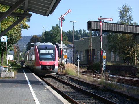 640 010 verläßt mit weiterem 640 den Bahnhof  Hilchenbach in Richtung Berleburg, 28.09.2008
