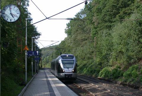 ET 22 als ABR 89572 von Hagen nach Siegen in Littfeld, 25.08.2010. Den real existierenden Haltepunkt Littfeld gibt es bei der DB Fahrplanauskunft im Internet nicht !!!