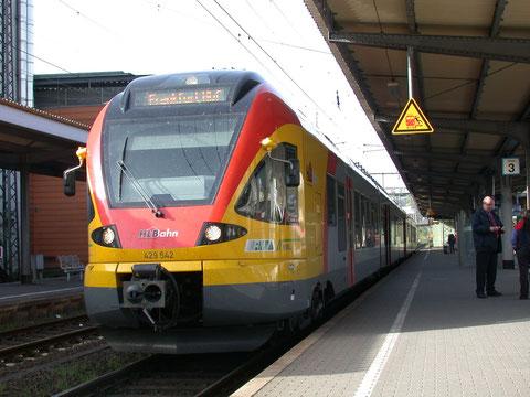 429 042 der Hessischen Landesbahn als RE99 vor der Abfahrt aus Siegen nach Frankfurt, 10.04.2011