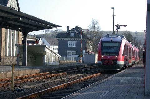 Einfahrt von 640 012 und weiterem 640 nach Berleburg in den Bahnhof Erndtebrück, 06.04.2009