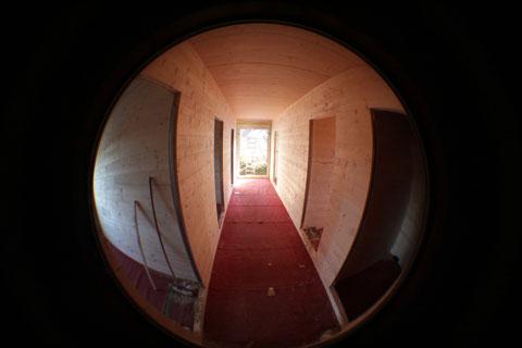 Blick in die neue Flüchtlingsunterkunft in RSKN. Die Holzbauweise erlaubte einen rasant schnellen Aufbau. Derzeit werden Heizung und Elektrik in die beiden Wohnblocks eingebaut. (Bildquelle: Raphael Schwaderer; Team Presse)