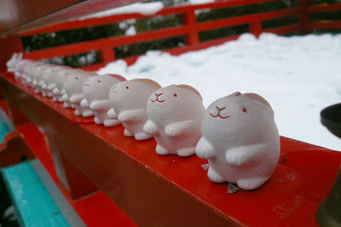 今年の干支のうさぎ神社こと、岡崎神社へ初詣に行って来ました。境内はうさぎの置物がいっぱい。