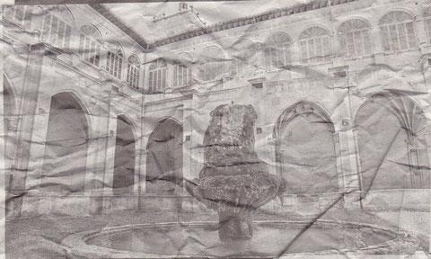 LO QUE SE MUESTRA Y LOO QUE SE OCULTA. El claustro plateresco (arriba) es una de las partes que quedan incólumes mientras que el claustro barroco (abajo) quedará ahora oculto. (Fotos: Archivo Diario de Navarra)