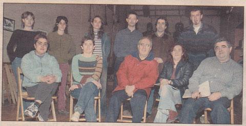 EL HOY. Quince años separan esta imagen del grupo en un ensayo reciente y la superior, tomada cuando se representó 'El pelo de la dehesa',