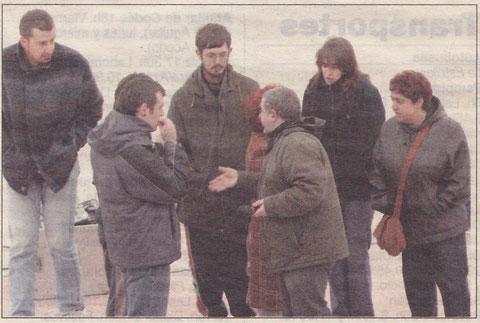 Pedro Echávarri, de espaldas, conversa con los actores de Kilkarrak. (Foto: Diego Echeverría)