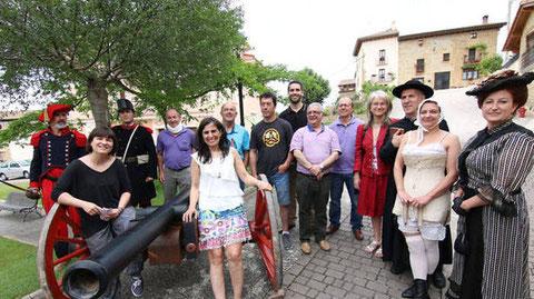 Actores, representantes municipales y de las diversas entidades que colaboran con el proyecto, posando ayer en Lácar junto a un cañón que se utilizará en la recreación. (R. USÚA)