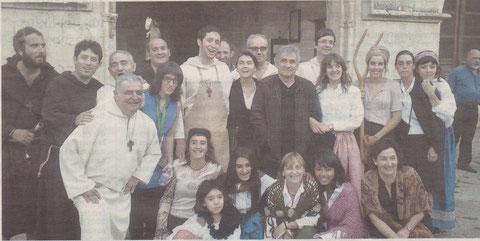 Los actores de Kilkarrak, que se encargaron de mostrar de una manera diferente el Monasterio de Iranzu, rodean al escritor Bernardo Atxaga. (Foto: Cedida a Diario de Navarra)