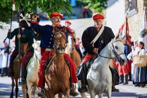 La caballería, comandada por el general Mendiri, entra en la plaza de Lácar (Foto: Ander Luquin)