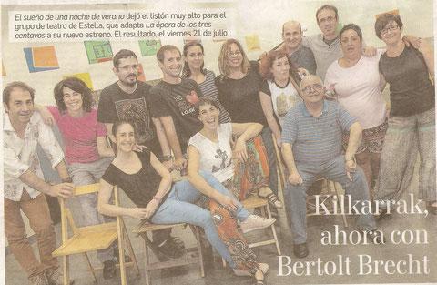 Los intérpretes de La ópera de los suburbios posan en uno de los ensayos que se han realizado estos meses en la casa de juventud María Vicuña de Estella. (Foto: Montxo A.G.)
