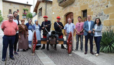 Representantes de Tierras de Iranzu y del valle de Yerri con algunos de los vecinos que saldrán a escena el sábado 23 de junio. (Foto: Susana Esparza)