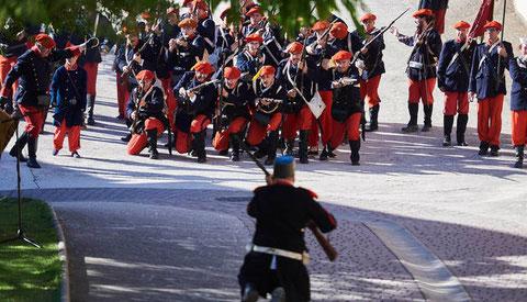 De rodillas, un soldado del bando liberal espera el avanza por sorpresa de las tropas carlistas (Foto: Ander Luquin)