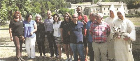 Representantes de la asociación turística Tierras de Iranzu, socios y colaboradores, en la presentación de la ecoexperiencias, en el Monasterio de Iranzu.