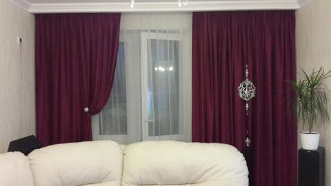 Шторы выполнены из ткани плотной бархатистой ткани, украшены декоративным подвесом и магнитом.