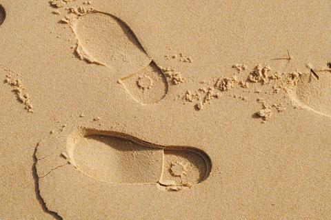 Sur la plage, pas à pas ( J.L.Deysson)