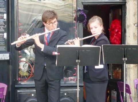 Deux jeunes flûtistes fêtent la musique sur une place de village (photo M. Depecker)