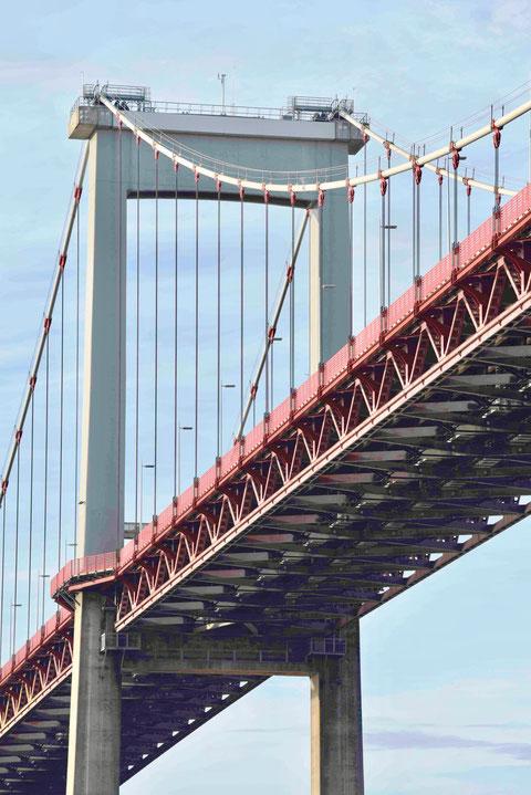 Le pont d'Aquitaine, son tablier suspendu et ses pylones de 105 m de haut