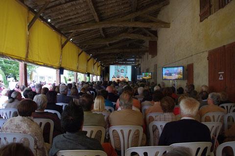 Une assemblée nombreuse en plein air (photo de malagar)