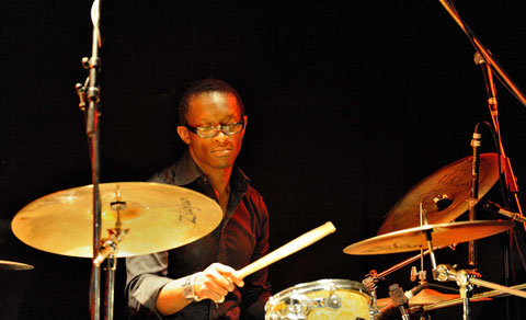 Roger Biwandu, lors d'une master classe, organisée par l'école de musique moderne à Bordeaux(photo de D.Sherwin-White)