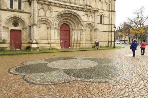 Parvis de l'église Sainte-Croix refait à partir de pavés de récupération (D. Sherwin-White))
