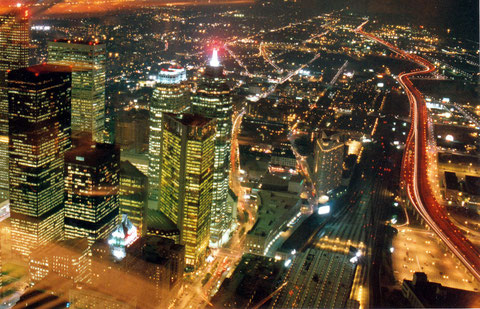 L'électricité, qui rend encore plus belles les villes la nuit, est très souvent produite à partir de sources énergétiques parmi les plus polluantes (R. Peuron)