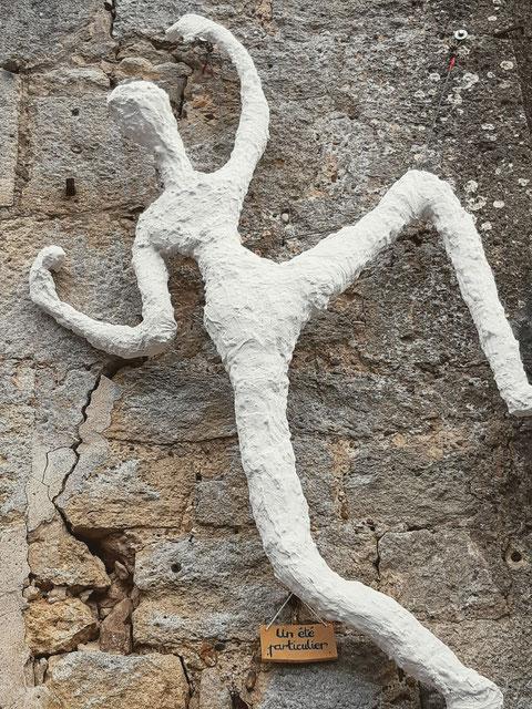 Une des sculptures accrochées sur les murs de L'été particulier en août 2020(photo Léa Thomas)