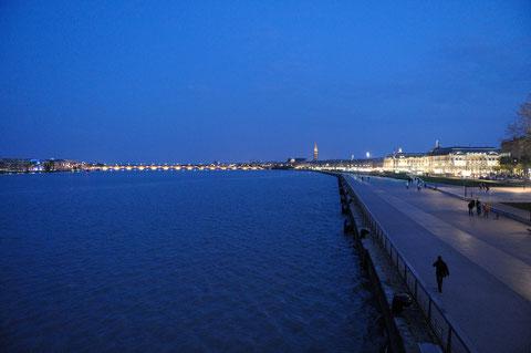 A l'heure où Bordeaux s'illumine, la Garonne est enfin bleue.(D. Sherwinn-White)