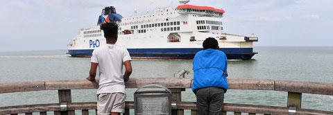 Des miliers de mineurs, fuyant la misère et les guerres, entreprennent seuls un long et dangereux périple qui les mène en Europels un long et dangereux