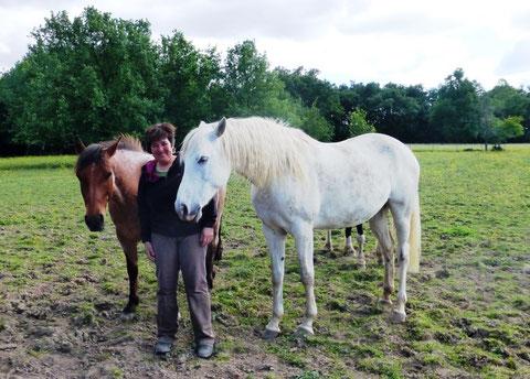 Valérie Glikson avec deux de ses chevaux (Marie Depecker)