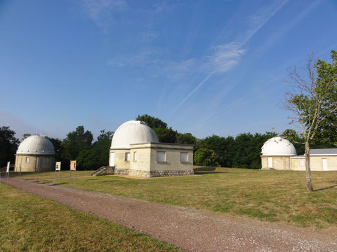 La coupole gauche est le Grand équatorial et la bibliothèque de Suzanne Tresteir, celle du milieu est la Table équatoriale qui abrite le télescope optique de 60 cm de diamètre, celle tout à droite est l'équatorial photo qui abrite la lunette
