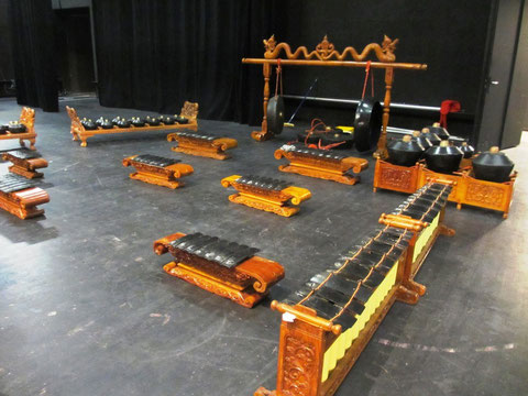 Installation du gamelan (photo J.L. Deysson)
