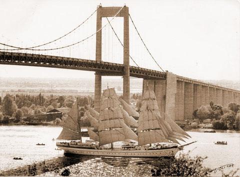 Le Gorh Folk, navire école, passe sous le pont d'Aquitaine (Mémoire de Bordeaux)