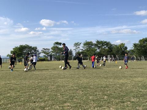 今はとにかくサッカーを好きになって、楽しく練習できるように指導してほしい。ドリブルやシュートなど基本的なことを習いたい等、初めて方ぴったりのスクールです。