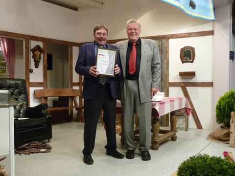 Ehrengaben des ZDRK sowie des Landesverbandes überreichte Ulrich Hartmann (re)