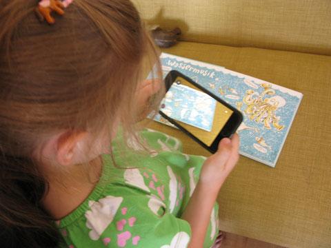Smartphone nehmen, App starten, über das Buch halten und los geht's!