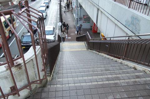 歩道橋を降り直進