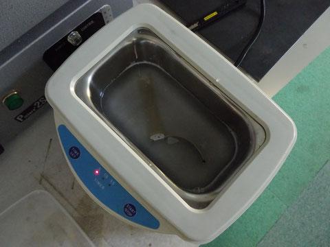 超音波洗浄機でブレスを洗浄。